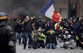 'Yellow vests' denounce Macron speech as 'charade'
