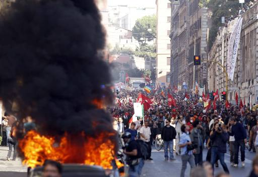 Protesters march against Renzi labour reforms in Rome