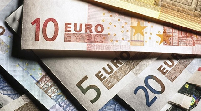 Euro hits 2-1/2-yr high after China, Ukraine worries