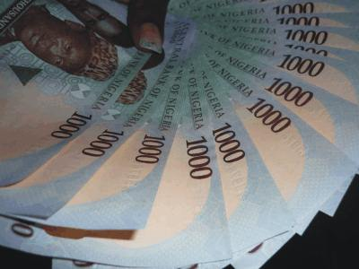 Nigeria devalues currency amid plummeting oil prices