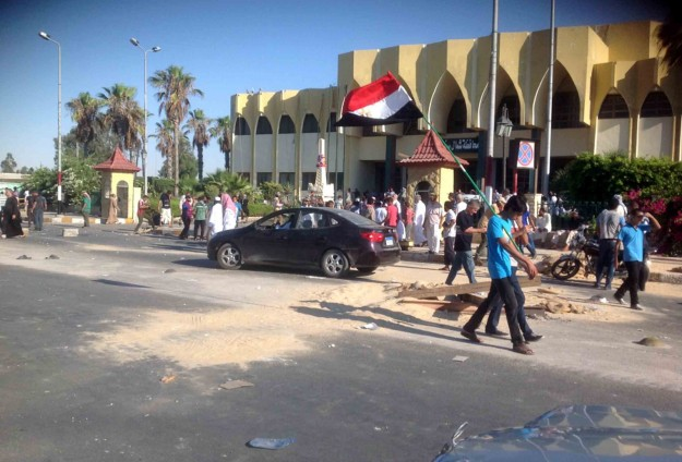 Egyptian soldiers killed in Sinai gun attacks