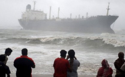 Cyclone Phailin pounds India, at least 5 dead