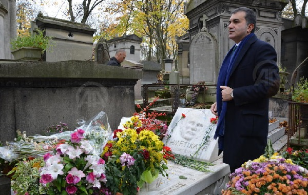 Turkey's Culture Minister visits Ahmet Kaya's grave