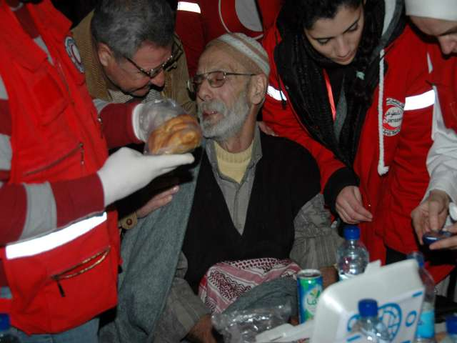 Hundreds of Syrians evcacuated from besieged Homs