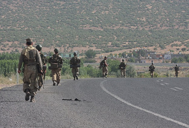 Two Turkish soldiers abducted by gunmen freed