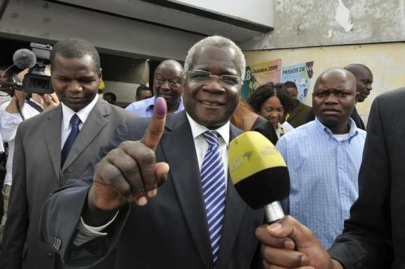 Mozambique opposition chief registers to vote, says wants peace