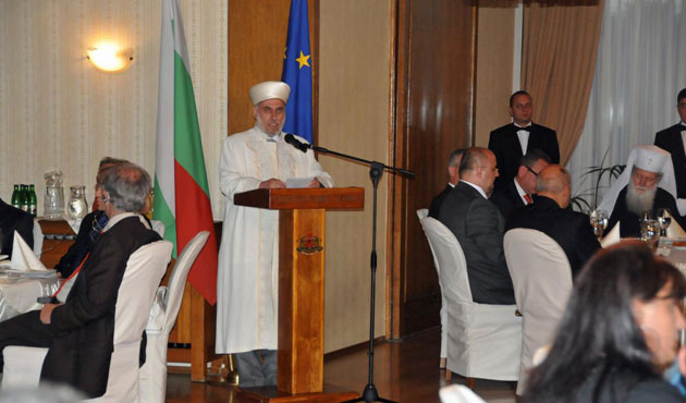Bulgaria president hosts Muslims for iftar meal