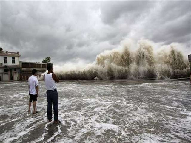 Typhoon slams into southern China, one dead