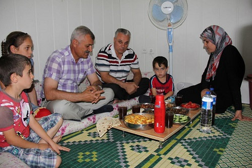 Fast breaking dinner given to Syrians in Turkey's Malatya
