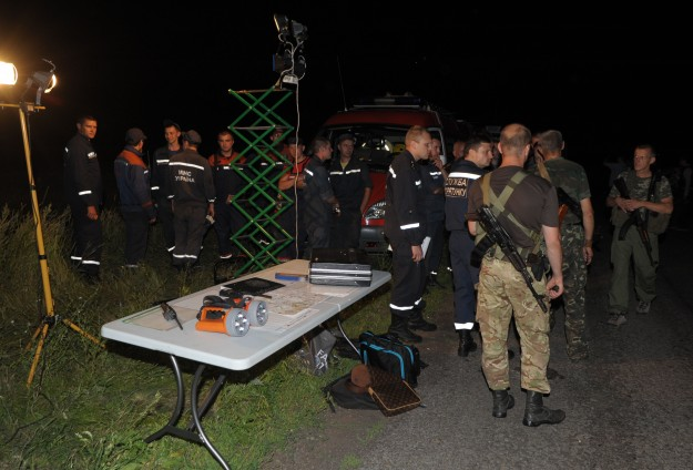 Dutch experts help recover MH17 crash items