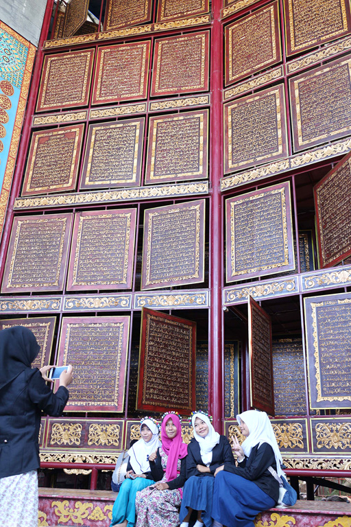 Muslims flock to see giant wooden Qur'an in Indonesia