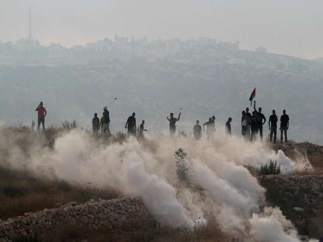 Palestinian protesters clash with Israeli police in Jerusalem