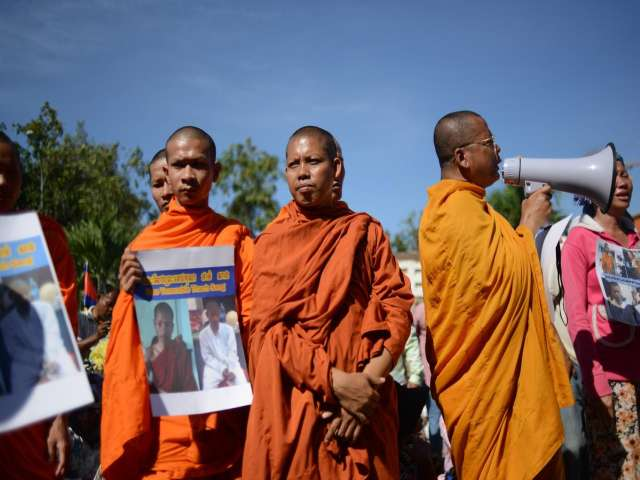 Cambodian monks rally to protest arrest of colleagues