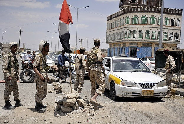 Gunmen hold Yemeni official to try to derail new constitution-UPDATE
