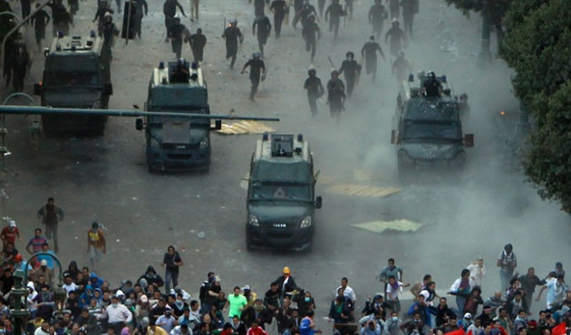 Protesters, police clash near Cairo's Tahrir Square