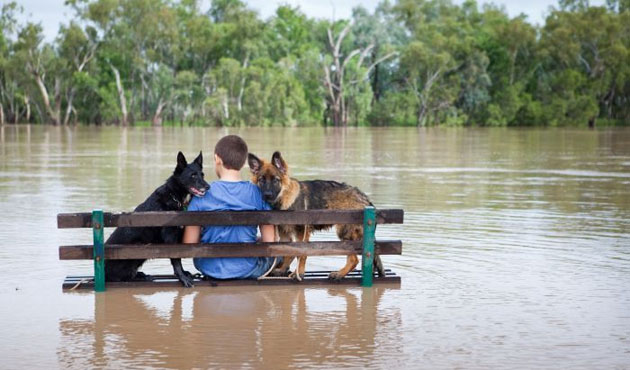 Soldiers rescue villagers from Balkans flooding