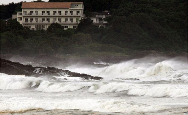 Typhoon leaves 2 dead in Japan; thousands evacuated