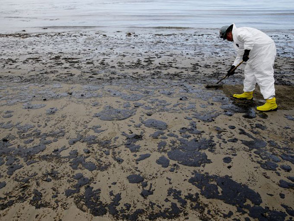 Oil slick off California coast linked to natural seepage