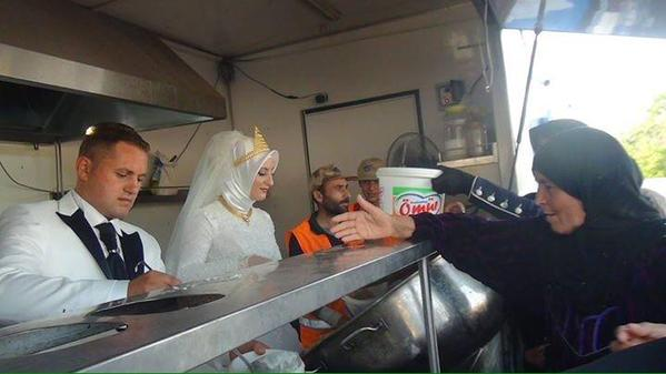 Turkish couple feed 4,000 refugees on wedding day
