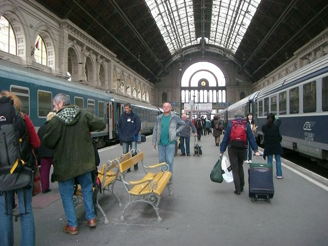 Refugees cause evacuation at Budapest main train station