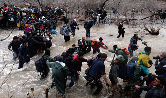 Refugees defy EU, entering Macedonia from Greece
