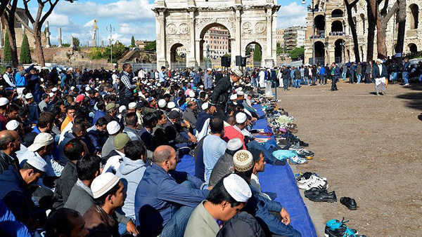 Muslim protest with Friday prayers in Rome's Colosseum