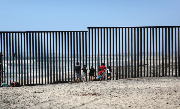 Three minutes to embrace on US-Mexico border