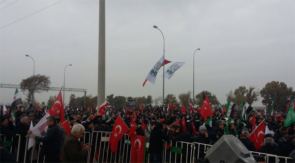 Thousands protest Aleppo genocide near Turkish border