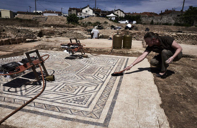 French archaeologists uncover 'little Pompeii'