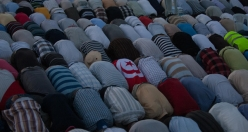 Muslims flood into mosques in Night of Power