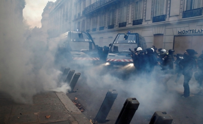 French police use pepper spray against Yellow Vests