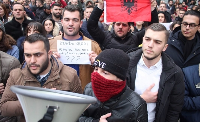 Albanian students protests in front of Education Ministry