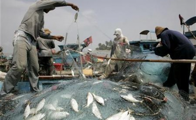 Indonesia holds 200 Malaysians on illegal fishing