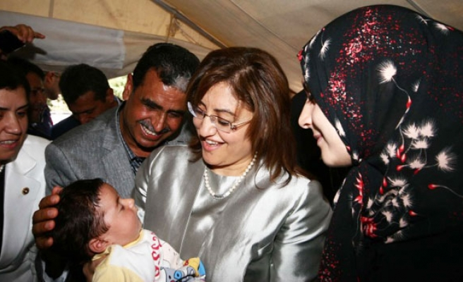 Turkey's Sahin visits Syrian citizens staying at tent-sites in Hatay