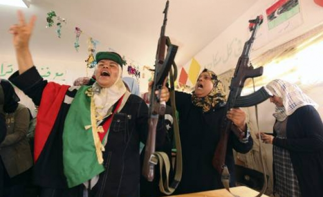 Libyan rebels fight for western town