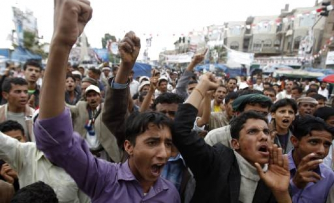 Yemeni forces fire on protesters in Taiz