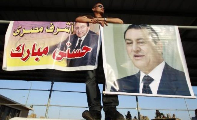 Aircraft carrying Mubarak to trial lands in Cairo