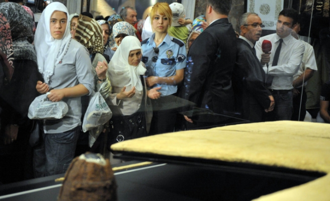 Prophet Muhammad's cloak on display for visitors / PHOTO