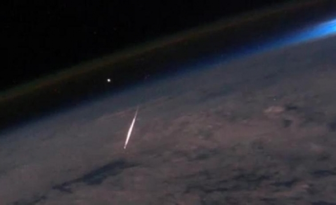 Meteor lights up night sky in northern Russia