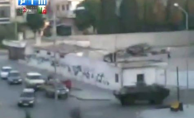Syrian tanks enter the central city of Homs