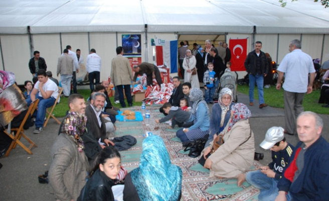 Thousands join iftar dinner in Amsterdam