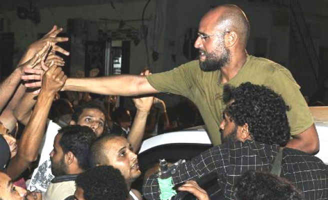 Gaddafi son rallies loyalists in surprise appearance