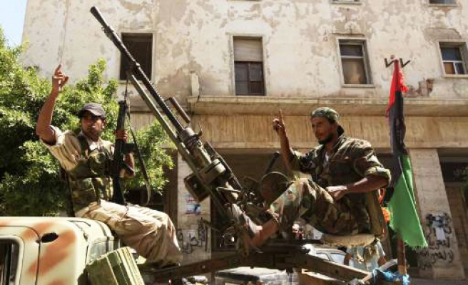Rebels hunt Gaddafi, hometown targeted