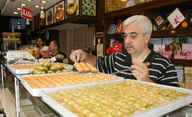 People flock to marketplaces for Eid al-Fitr shopping, cheer up sellers