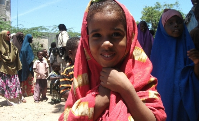 Somalis try to survive in camps
