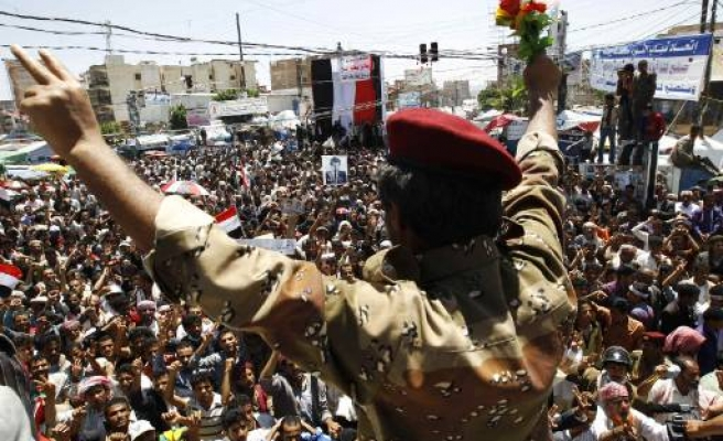 Yemen minister survives attack, protests continue
