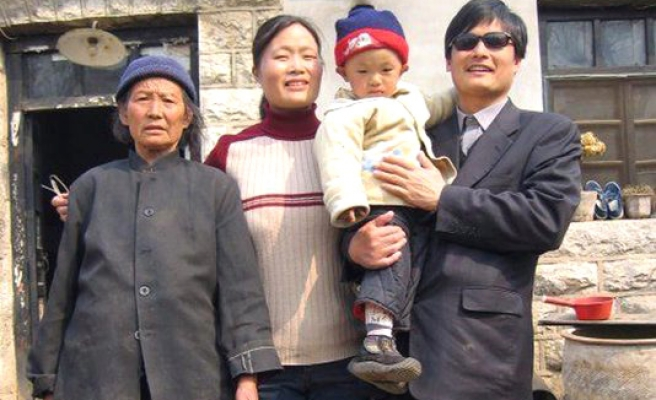 China arrests scholar who helped blind dissident flee