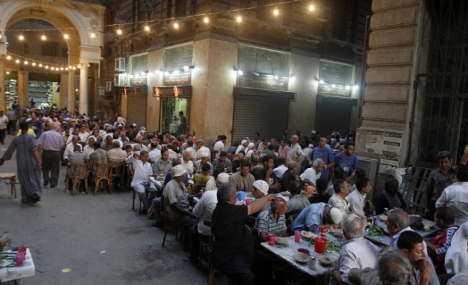 Some Egyptians break first day of fasting at 'compassion tables' / PHOTO