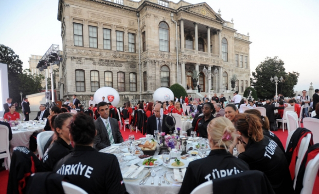 Erdogan hosts iftar for Turkish athletes going to London Olympics