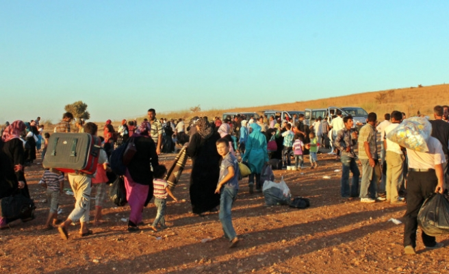 Struggling to cope, Turkey stops refugees on Syrian border